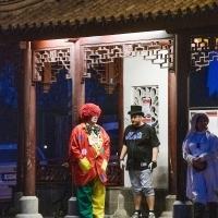 Schmutziger Donnerstag: Ein müder Clown fuhr am Abend nach Hause.
