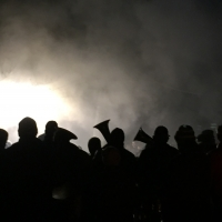 Erwachen des Schneeschrecks: Die Clowngruppe vorm Schein des Feuers.