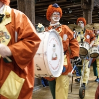 Frühschoppen im Konzil: Die Clowngruppe lief in den Saal.