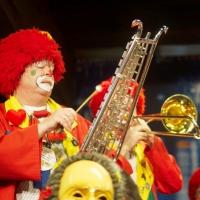 Frühschoppen im Konzil: Die Clowngruppe auf der Bühne.