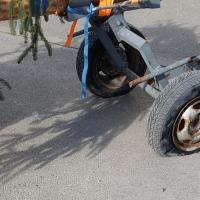 Narrenbaum holen in Hegne: Beim Rücktransport des Baumes löste sich der Reifen des Nachläufers auf.