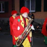 Narrenbaum stellen: Die Clowngruppe während dem Umzug.
