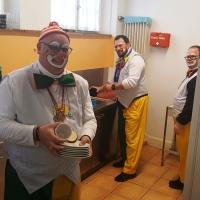 Rosenmontag Clowntag: Das Frühstückteam beim Abwasch.