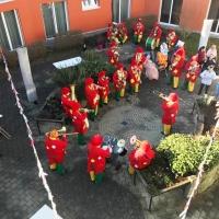 Rosenmontag Clowntag: Spielen im Innenhof.