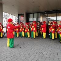 Schmutziger Donnerstag: Die Clowngruppe beim Narrenbaum stellen vor dem Edeka.