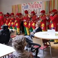 Schmutziger Donnerstag: Die Schneckenburg mit der Clowngruppe im Seniorenzentrum Paradies.