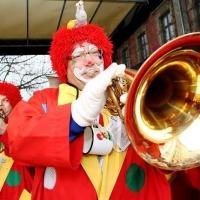Schmutziger Donnerstag: Die Clowngruppe auf der Südkurierbühne auf der Marktstätte.