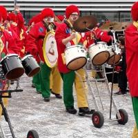 Sonntags-Umzug in der Stadt: Die Clowngruppe beim Umzug.