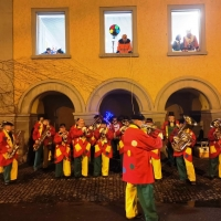 Verbrennung auf dem Stefansplatz: Die Clowngruppe spielte dazu.