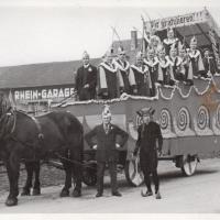 Umzug Fasnachtssonntag 1934: Auch in diesem Jahr gab es einen großen Gratulationswagen.