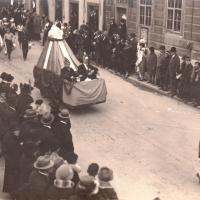 Umzug Fasnachtssonntag 1928: Die große Armada der Schneckenburg. Die Spitze bildeten der Präsidentenwagen und die Petershauser Bürgermusik.