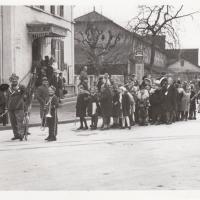 Umzug Fasnachtssonntag 1939: Fertig werden zum Umzug in die Stadt.