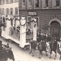 Umzug Fasnachtssonntag 1928: Den Schluß bildete der Motivwagen, der die neue Rheinbrücke darstellen sollte.