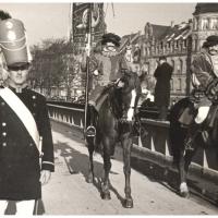 Umzug Fasnachtssonntag 1934: Hoch zu Roß geht es über die Rheinbrücke.