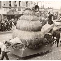 Umzug Fasnachtssonntag 1934: Der große Schneckenwagen wieder auf der Marktstätte.