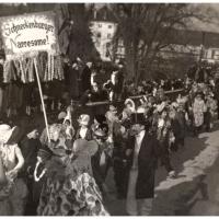 Umzug Fasnachtssonntag 1934: Der Narrensamen hinterher.